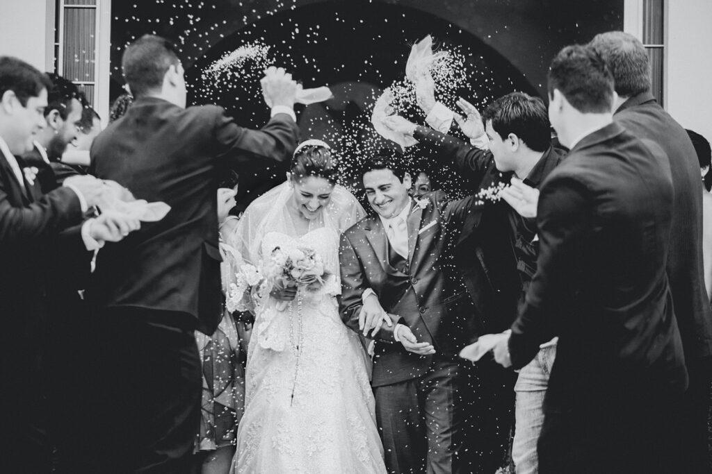 Sposi che escono dalla Chiesa dopo la cerimonia nozze
