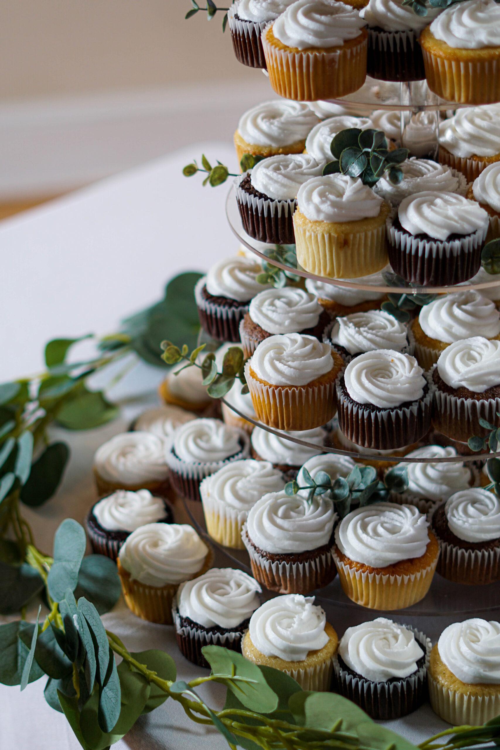 Torta nuziale con cupcake