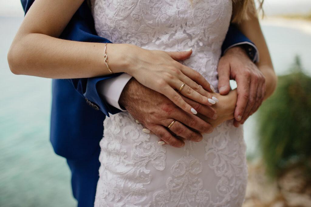 Sposi con fedi nuziali